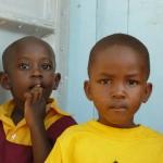 Kinder in Schuluniform