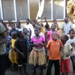 Tanzende Kinder im Innenhof