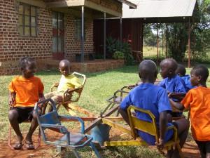 Freizeit- Kinder auf einem öffentlichen Spielplatz