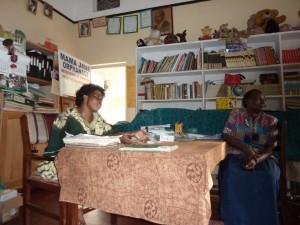 Die Heimleiterin und eine Mitarbeiterin im Büro