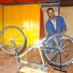 Julius repariert ein Rad