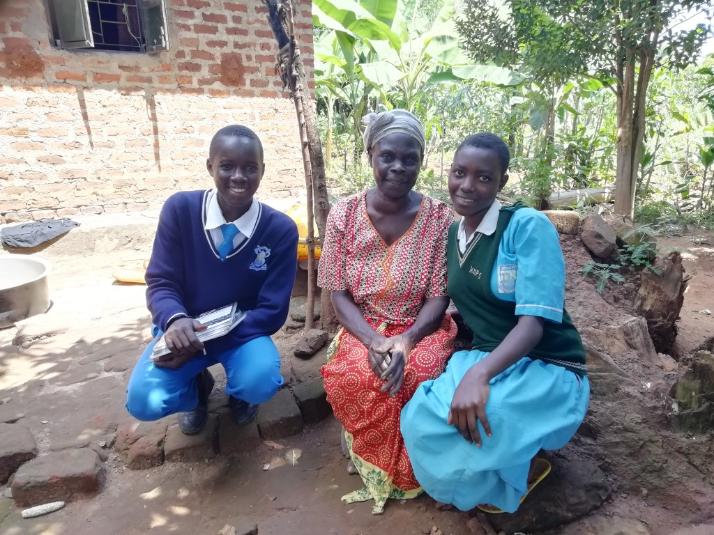 Kinder mit ihrer Pflegemutter