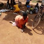 Mit Flip-Flops an den Händen sind Behinderte oft auf allen Vieren unterwegs